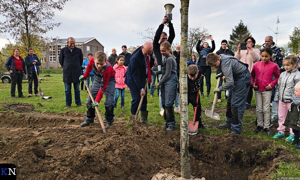De eerste boom werd geplant door wijkwethouder Bort Koelewijn.