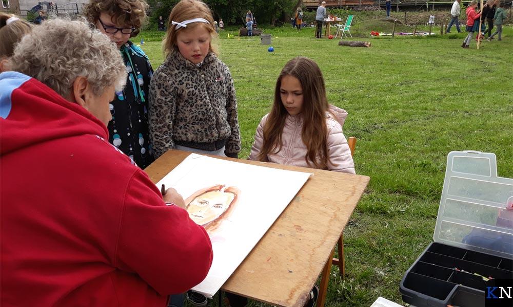 Wim Visscher portretteerde aanwezige kinderen.