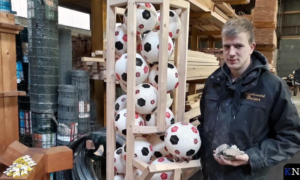 Bram Buijert is één van de weinige legale carbidverkopers.