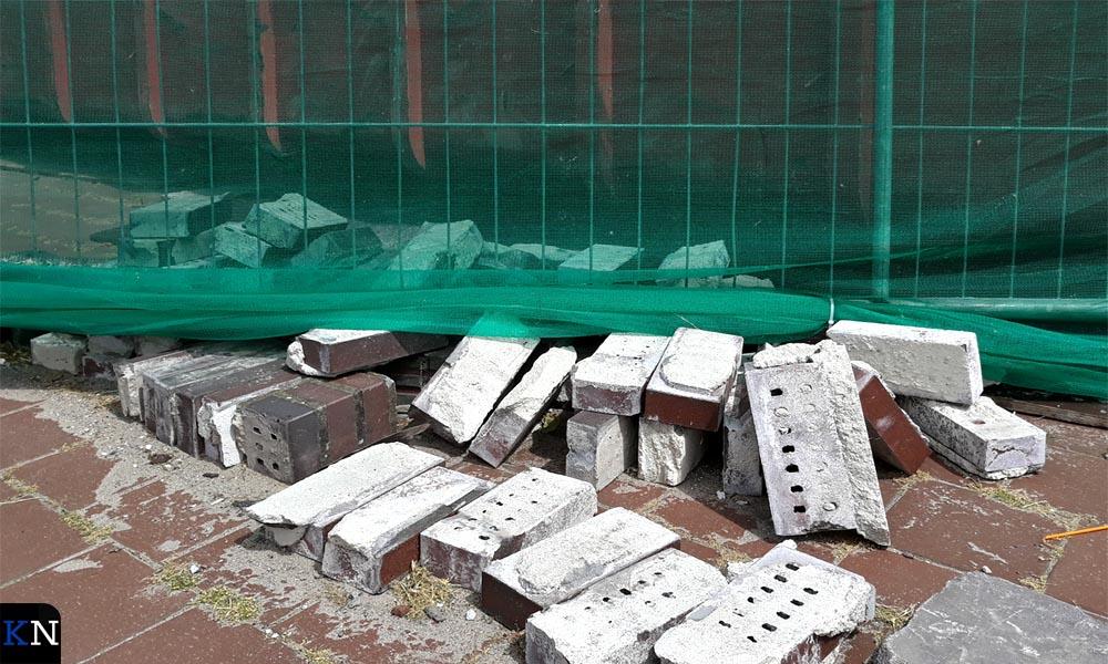Steen en puin markeren de werkzaaamheden aan de Kamper kademuur.