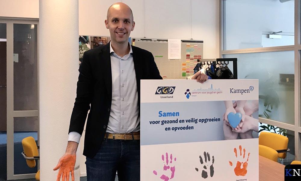 Wethouder Geert Meijering zet zijn hand(tekening) op het samenwerkingsbord.