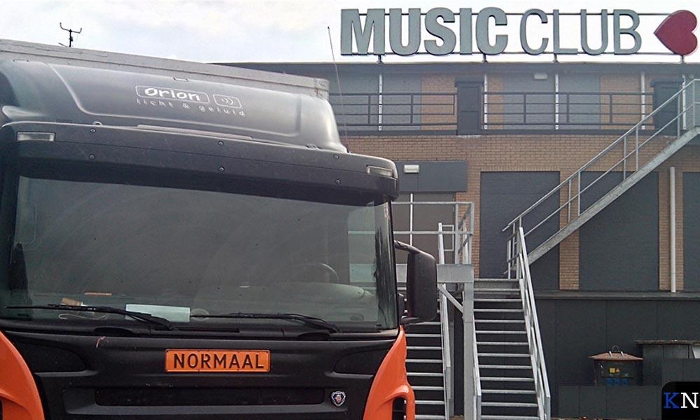 De voorbereidingen op het optreden van Normaal bij de Music Club.