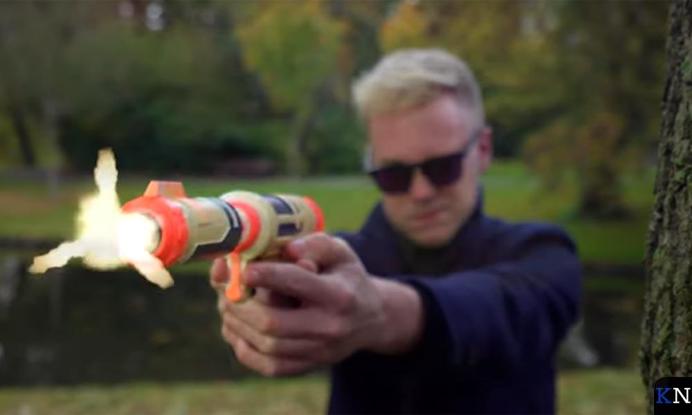 Hoofdrolspeler Jos in een geweldadige scene tijdens de filmopnames.