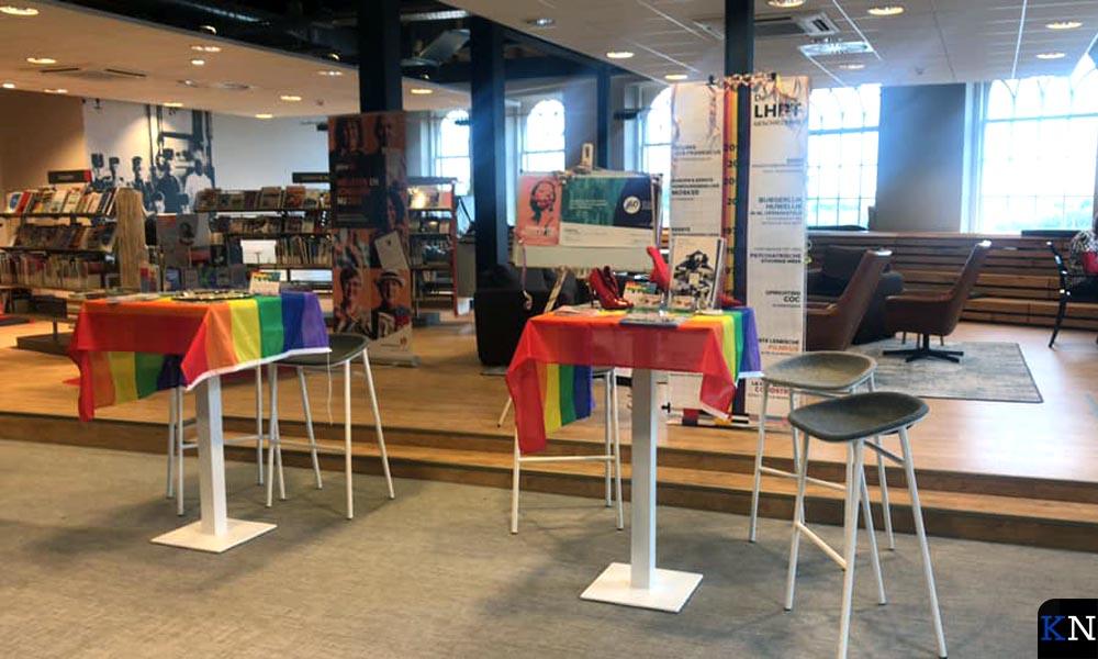 Regenboogkleedjes over de tafeltjes bij café Paatje.