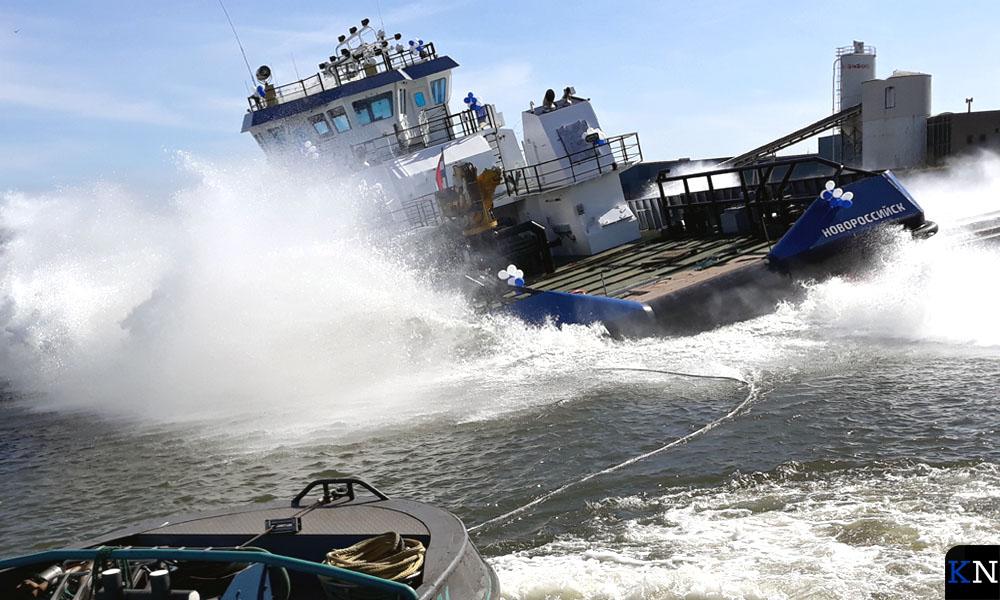 De zeegaande Conwenna wordt te water gelaten in de IJssel.