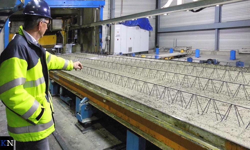 Directeur Jack Wirken wijst op de wapening in het beton.