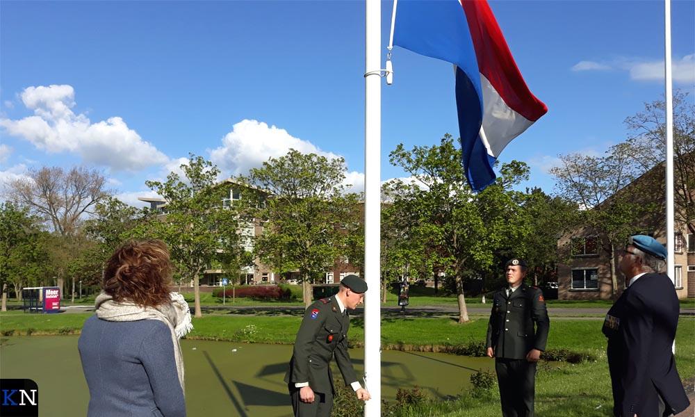 Wethouder Irma van der Sloot ontving het 11 Pantsergeniebataljon dat de vlag halfstok hing.