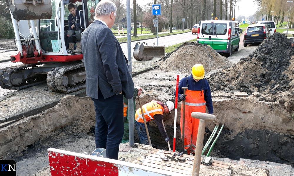 Wethouder Holtland inspecteert het ontdekte restant van de stadsmuur.