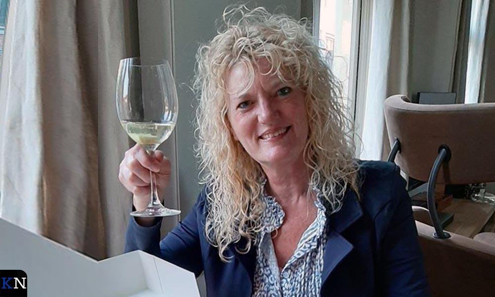 Anne-Mieke Kolhoff heft het glas op het vijfjarig jubileum van Eetkamer 'De Tijd'.