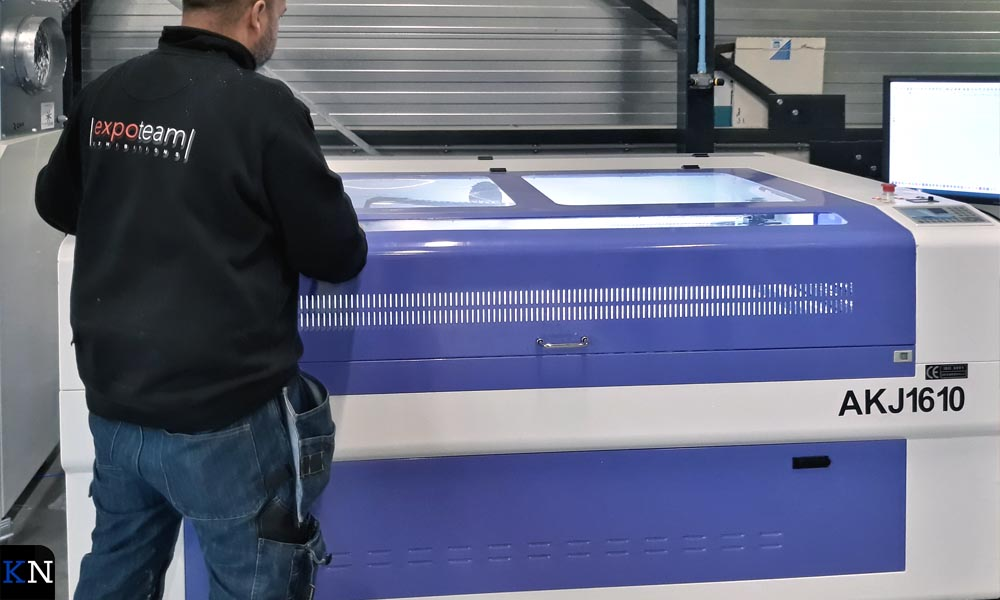 Expoteam heeft eigen apparatuur en expertise in huis gehaald voor snijden van plexiglas.
