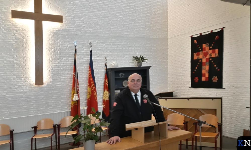 Kapitein Aalt Fikse achter het spreekgestoelte bij het Leger des Heils in Kampen.