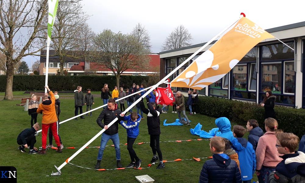 Leerlingen van SmdB De Fontein richten de vlaggenmasten op.