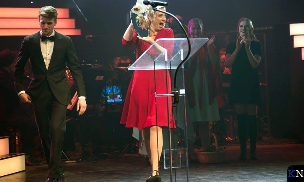 Els Damen neemt verrast en verheugd de Award in ontvangst.