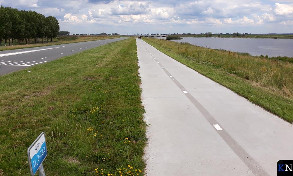 Een op het oog oneindig fietspad tussen Slaper en Reevediep.