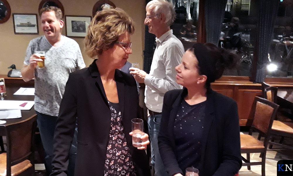 De af- en aantredende voorzitters Irma van der Sloot en Nanda Rave.