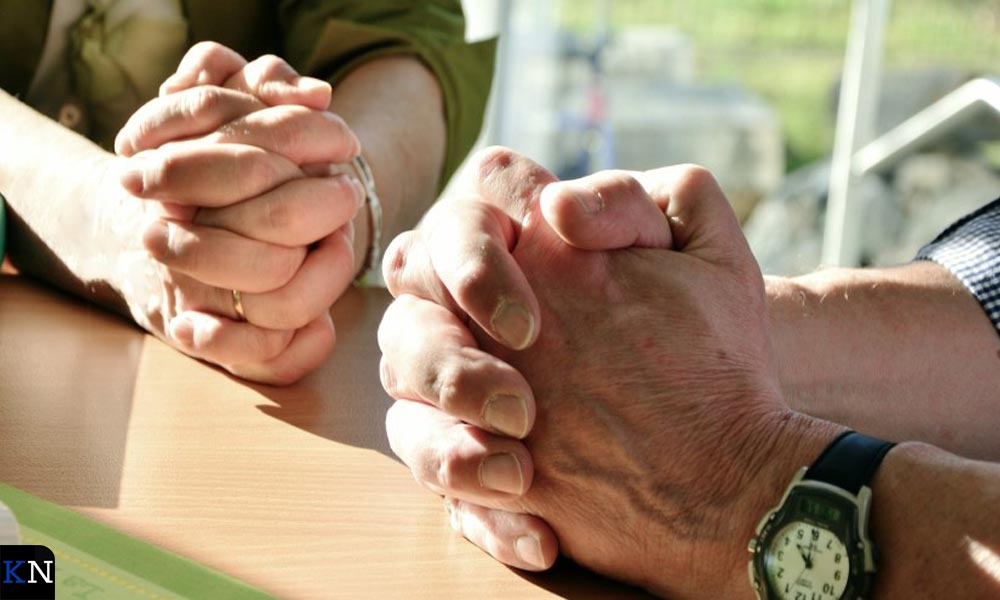 Bij bidden vouwt men gewoonlijk de handen.