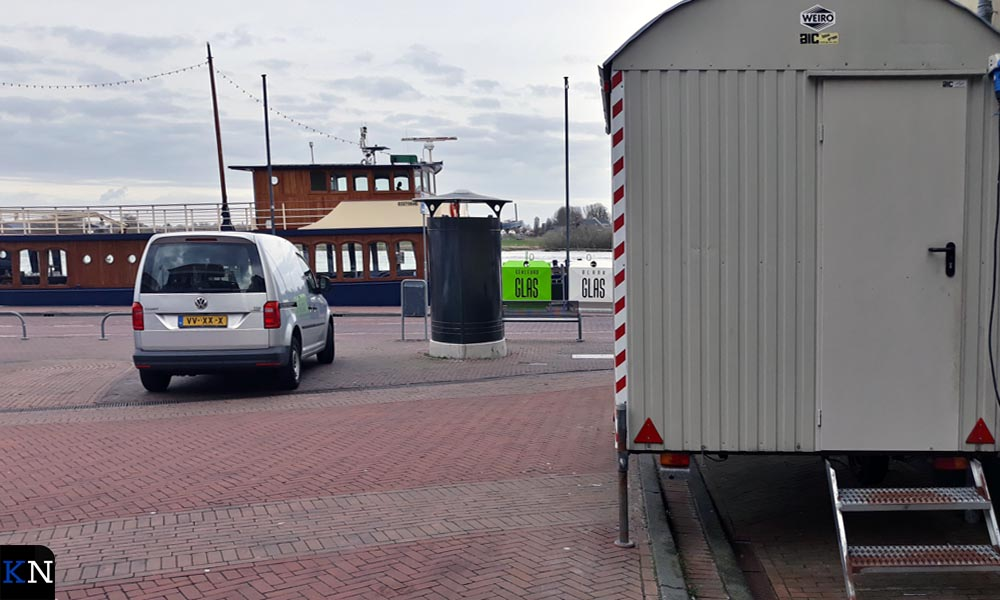 Nieuwe glasbakken aan de IJsselkade t.h.v. Van Heutszplein