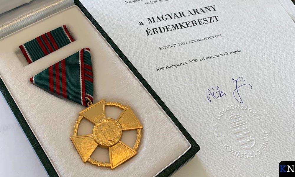 Gouden Kruis van de Orde van Verdienste van Hongarije en bijbehorende oorkonde op naam van Bort Koelewijn.