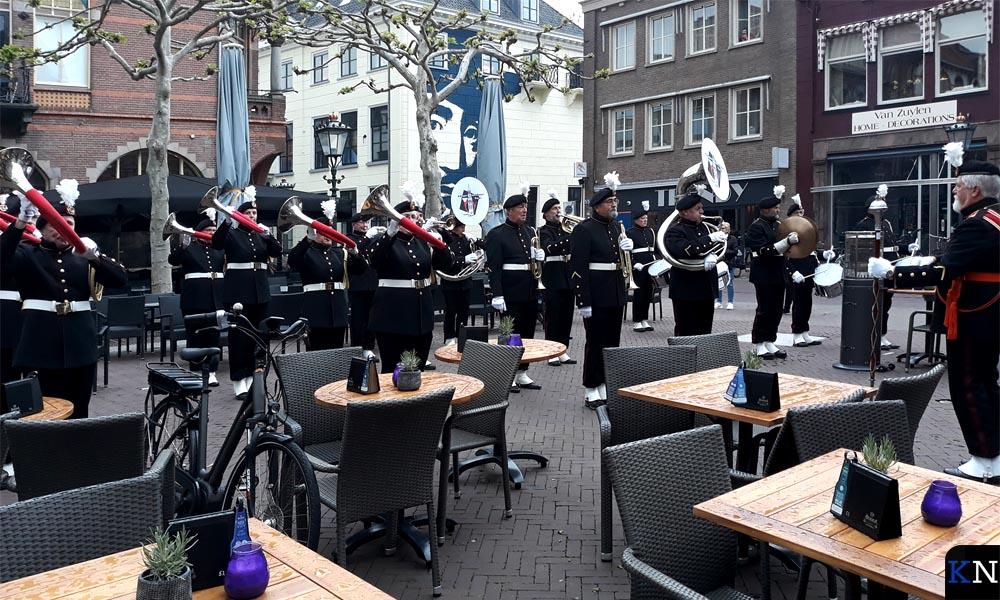 Het Kamper Jachthoorn Korps luistert de opening van 'Heer & Meester' op.