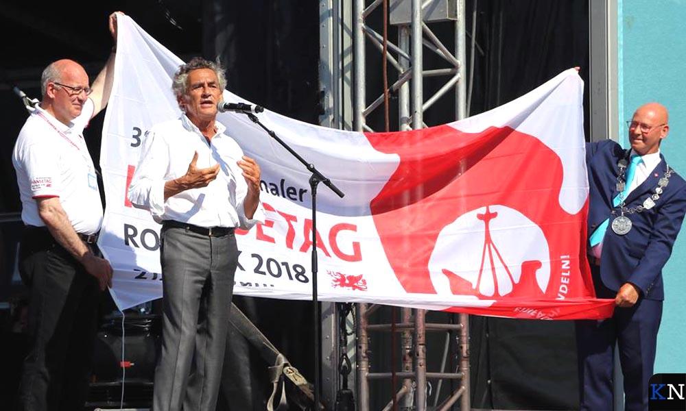 De burgemeesters van Rostock en Kampen houden de Hanzevlag vast achter de burgemeester van Lübeck oftewel de voorzitter van het Internationale Hanzeverbond.
