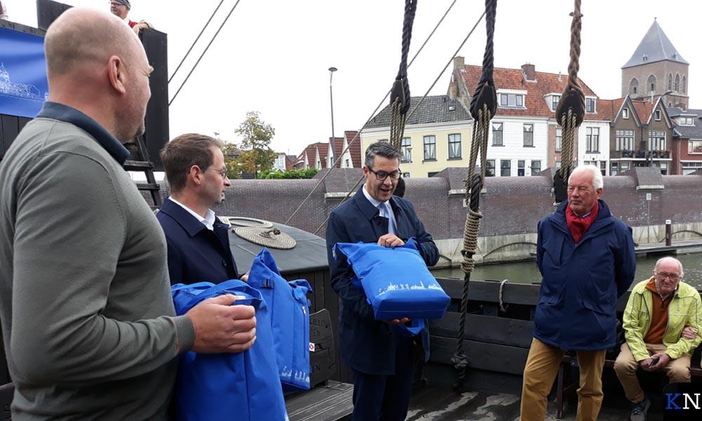 Arjen Hendriks, Reinier de Wit, Jan Peter van der Sluis en Cor Adema met hun nieuwe Hanzestadtas op de Kamper Kogge.