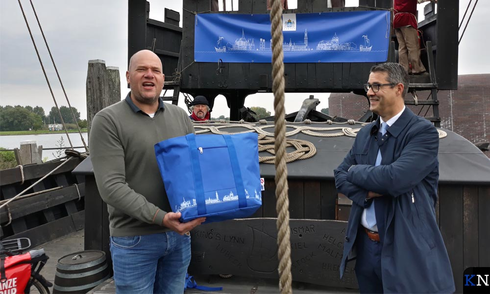 Arjen Hendriks en Jan Peter van der Sluis met de nieuwe Hanzestadtas op de Kamper Kogge.