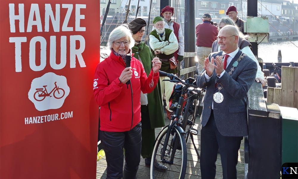 Truus Schreijer krijgt de eerste fietssleutel van burgemeester Koelewijn.