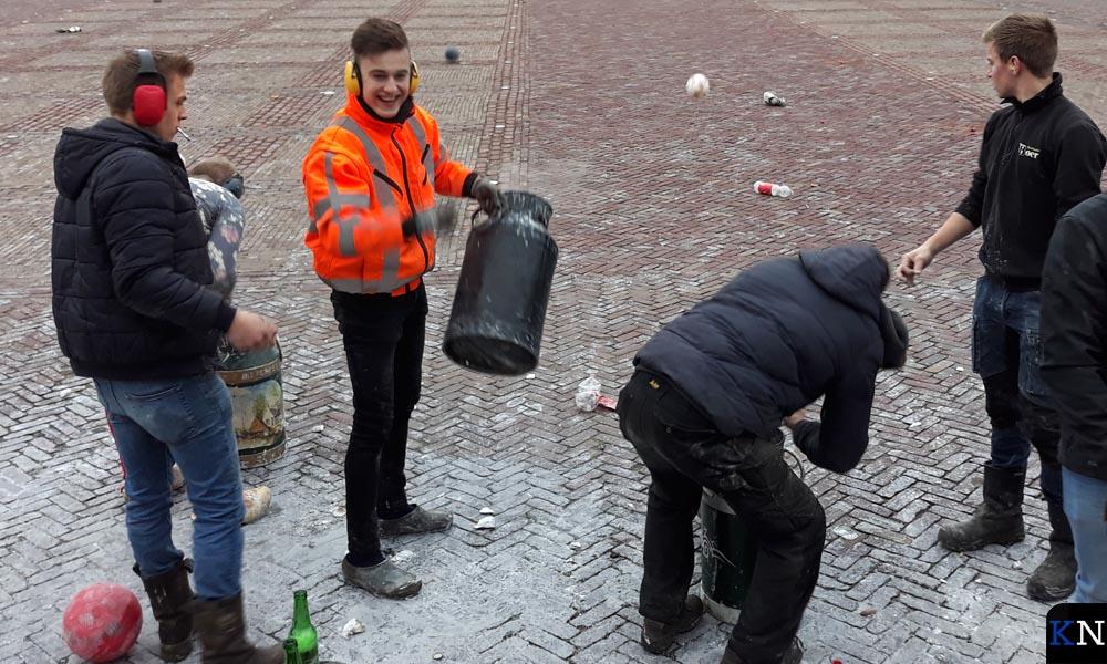 In Genemuiden concentreren zich de carbidschutters op het Havenplein.