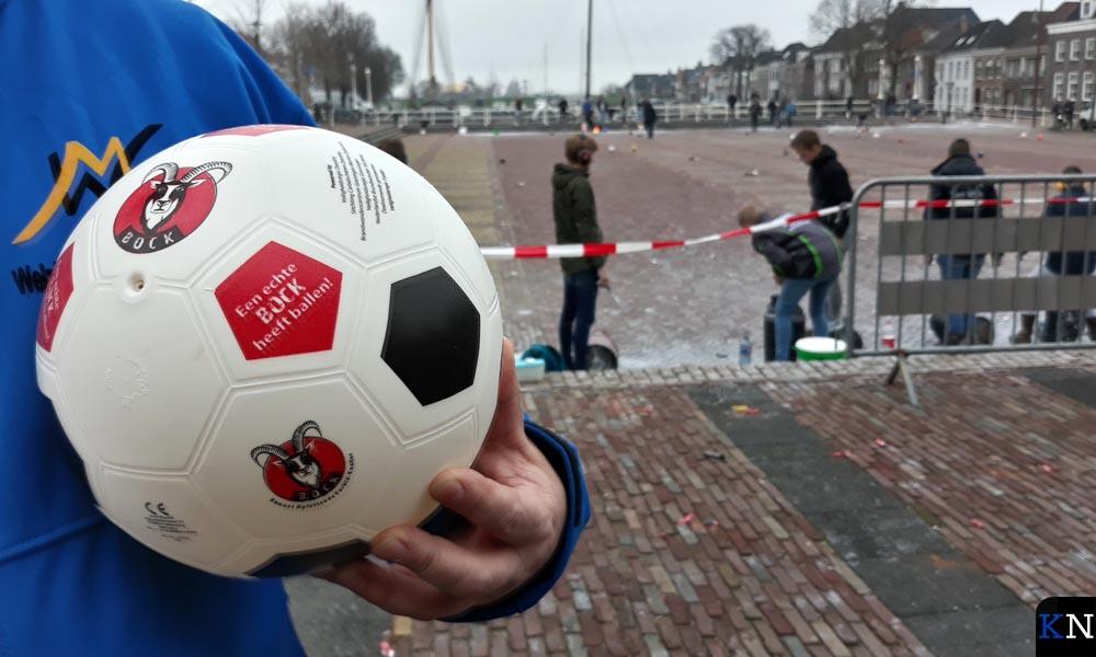 Jongerenwerker Martin Grouve deelt samen met Mariëlle Sallomons de BOCK-ballen uit.