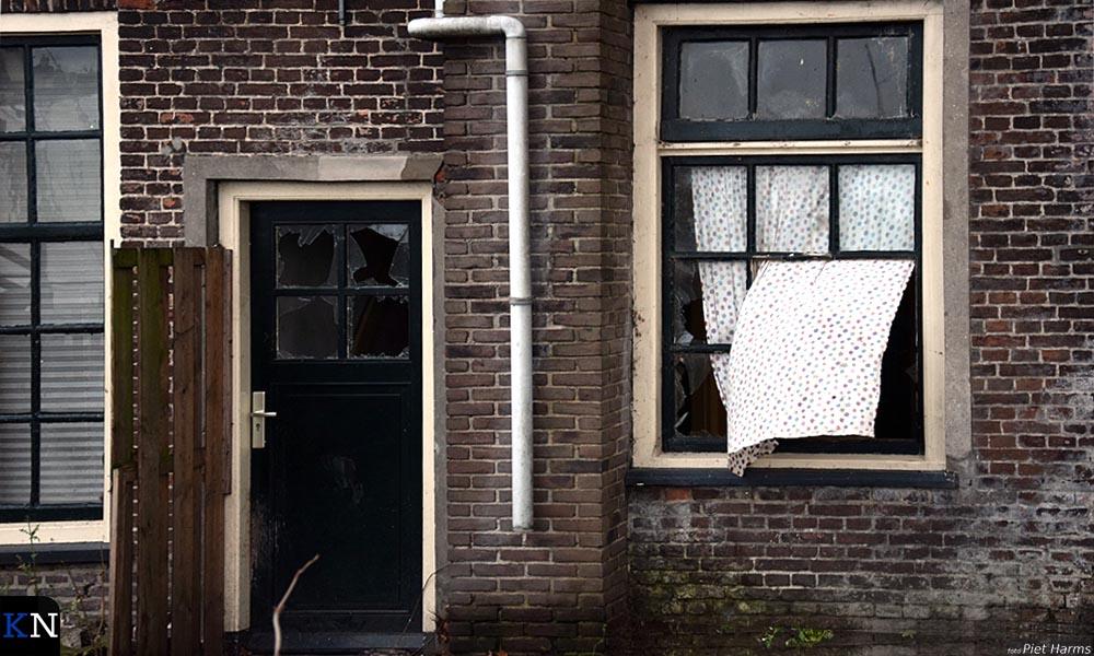 De ingegooide ruiten van Havenweg 5 op de Koggewerf in Kampen.