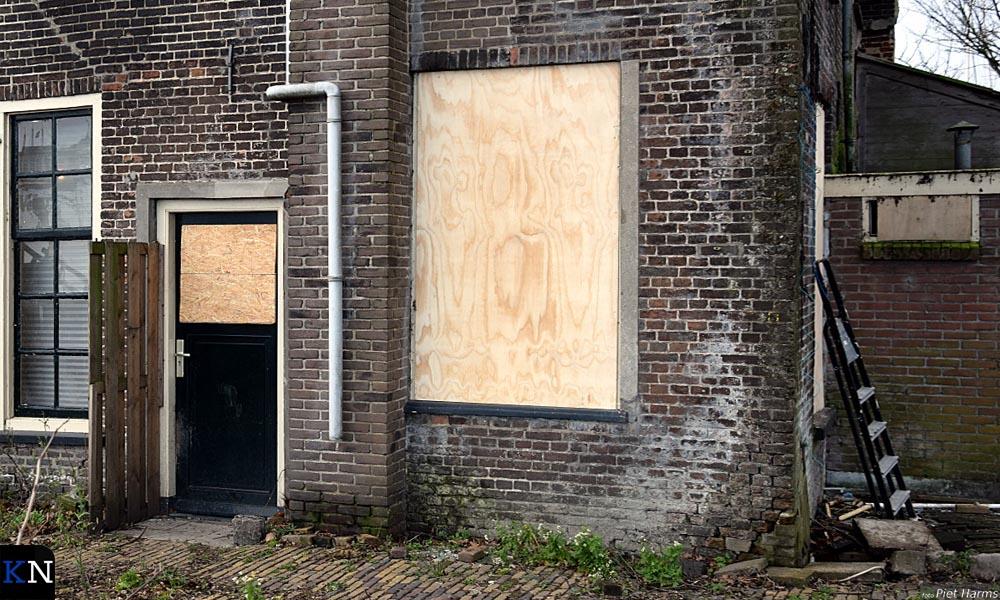 Inmiddels zijn er planken voor de raamkozijnen geplaatst.