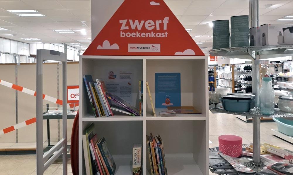 De zwerfboekenkast voor de jeugd bij de Hema.