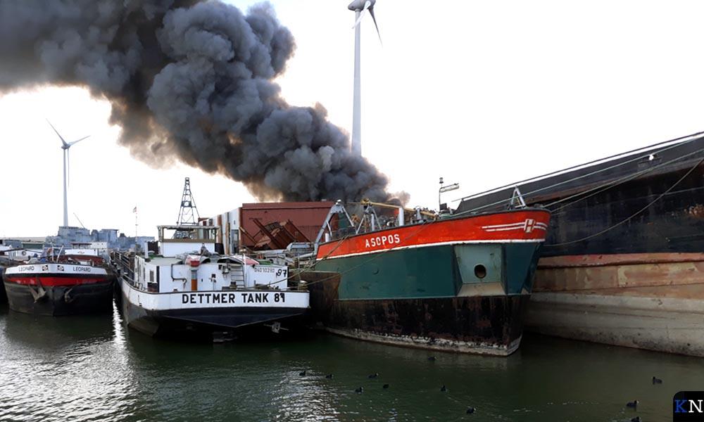 De afvalbrand woedt aan de achterzijde van Hoeben Metalen B.V., grenzend aan de Zuiderzeehaven.