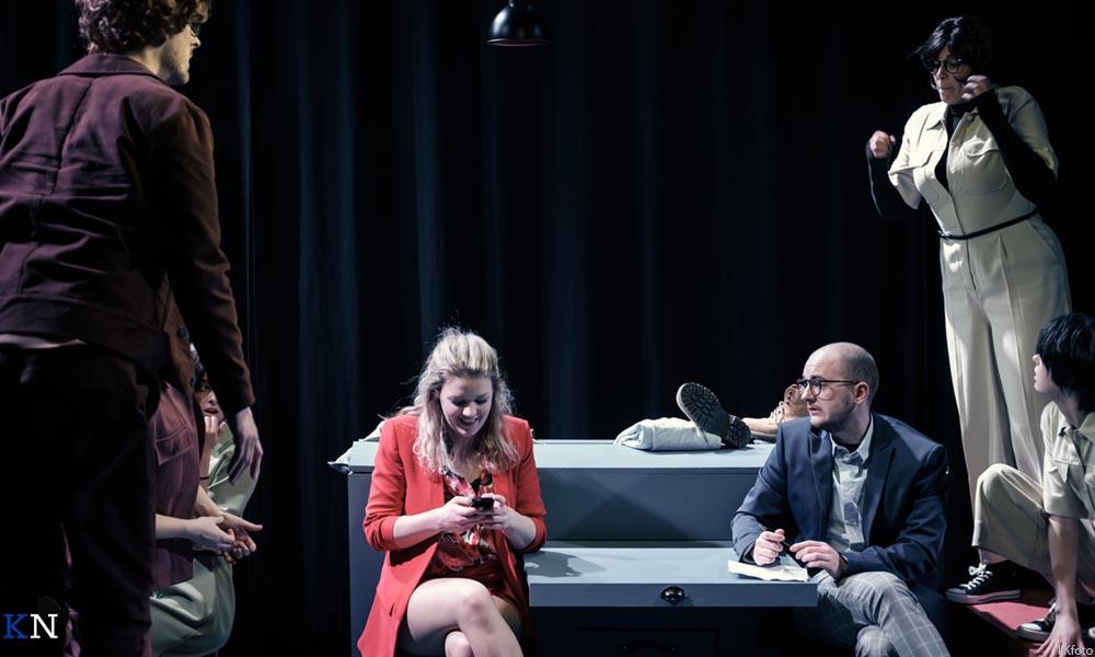 Eliza (Kirsten van Dijk) en haar Ernst (Tom Strik) op kantoor.