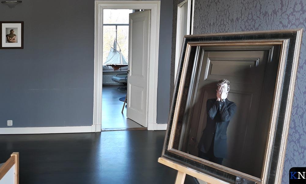 De fotokunstwerken waren in klein en groot formaat verspreid door het huis.