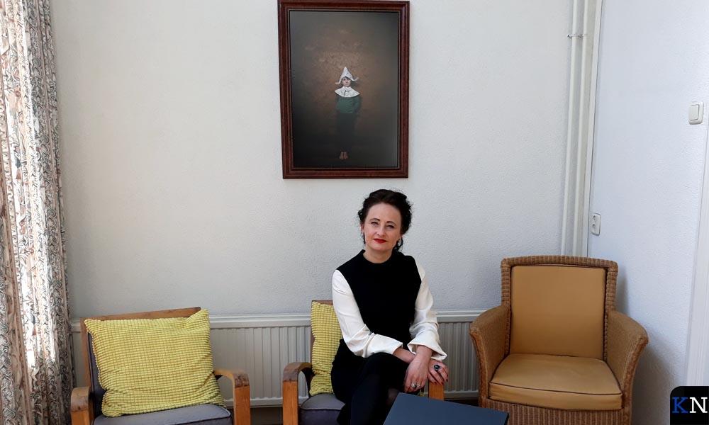 Ursula van de Bunte onder één van haar fotokunstwerken in de achterkamer van het herenhuis.