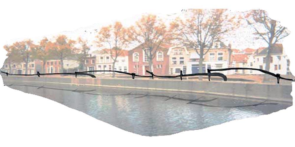 Impressie van een smeedijzer hekwerk langs de gracht (Burgel - red.) van een oude Hanzestad (Kampen - red.).