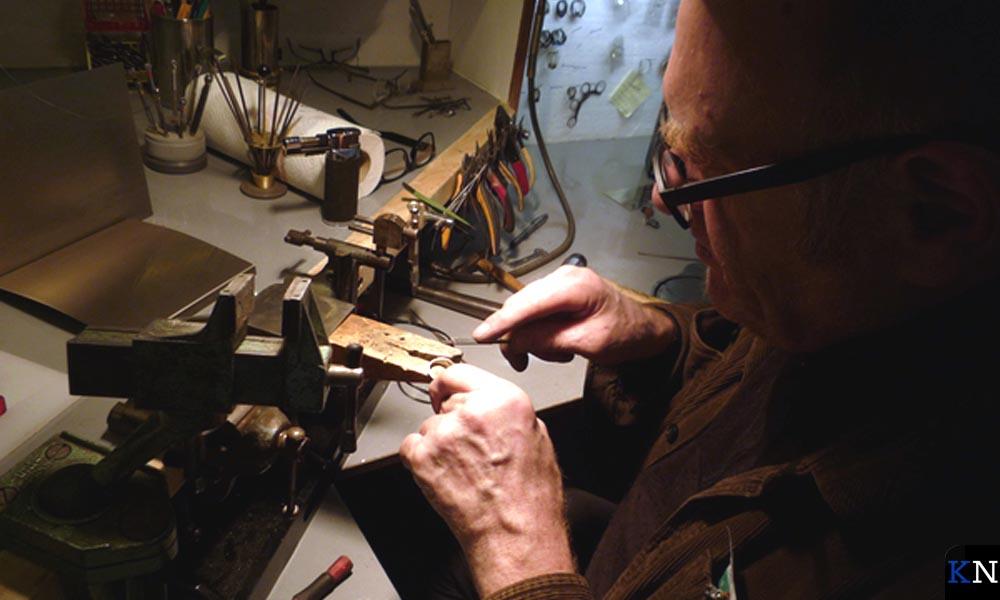 Ontwerper Leo Cahn in zijn atelier.