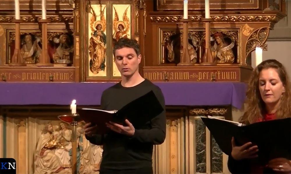 Cantors van het Kamper koor Hykanon zngen een Kerstgroet.
