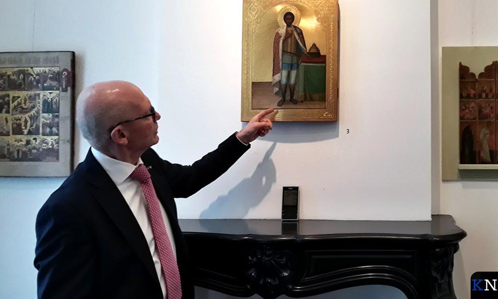 Helmich Heutink staat bij een Russische ikoon van Alexander Nevski.