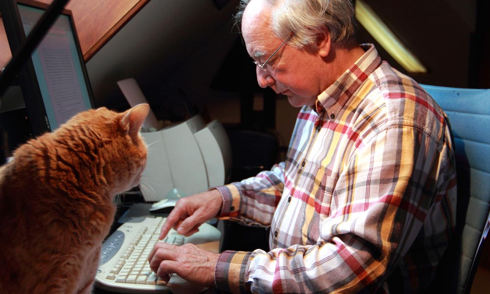 Thrillerauteur Jacob Vis met zijn kat Jet (archieffoto uit 2011).
