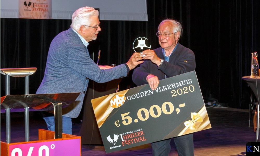 Jan Slagter reikt de Gouden Vleermuis uit aan Jacob Vis.