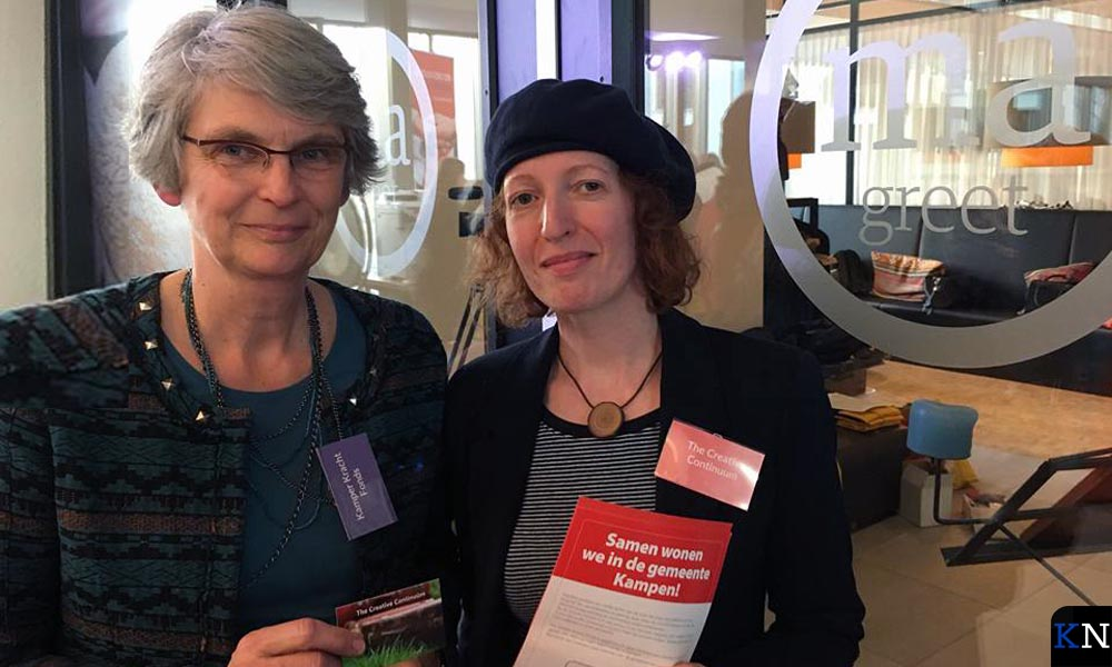 Voorzitter Lidi Kievit met filmmaakster Marion van den Berg in Huize Margareta.