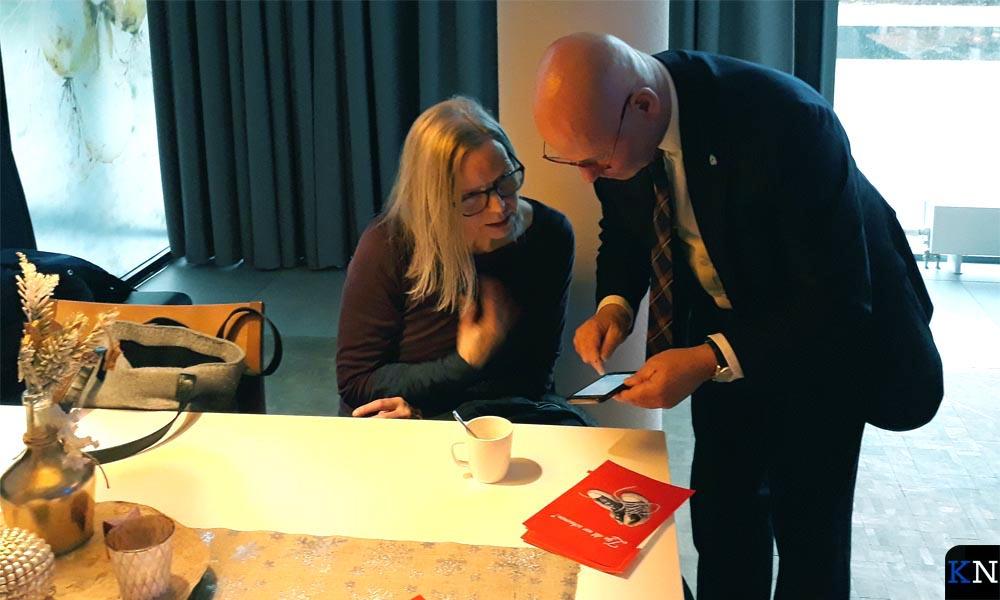 Aleike Appelo in gesprek met burgemeester Koelewijn bij de presentatie van het Kamper Krachtfonds.