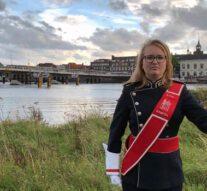 Vrouwelijke tambour-maître schrijft geschiedenis bij Kamper Trompetter Korps (video)