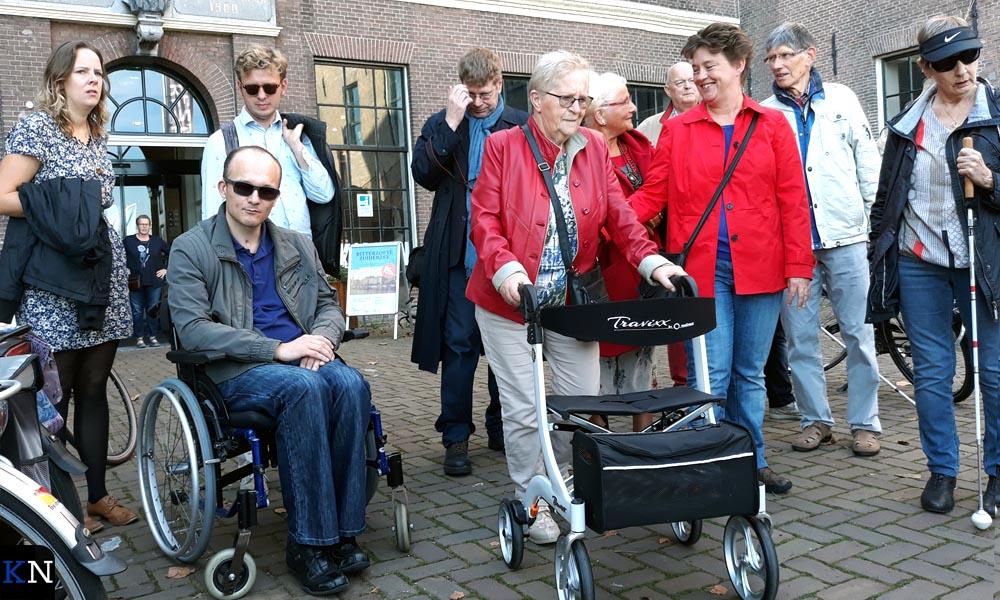 Het gezelschap verzamelt zich bij de Stadskazerne voor de wandeling van Kampen Inclusief.