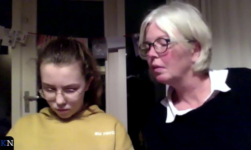 Hester Timmerman en dochterlief buigen zich over de vragen van de Kampen All Inclusive Pub Quiz.
