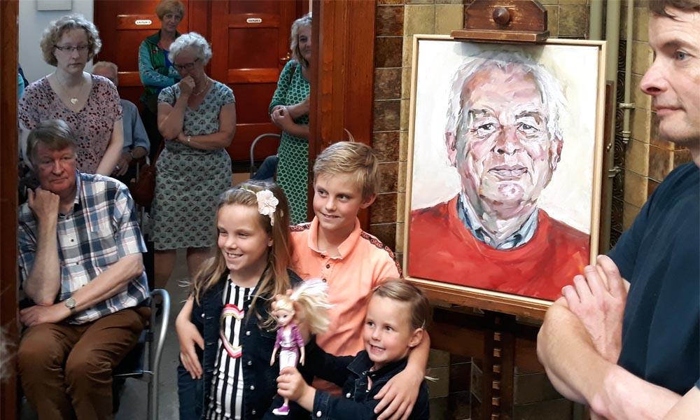 """Met zijn kleinkinderen """"poseert"""" Adena afgebeeld door Van Santen (rechts)."""