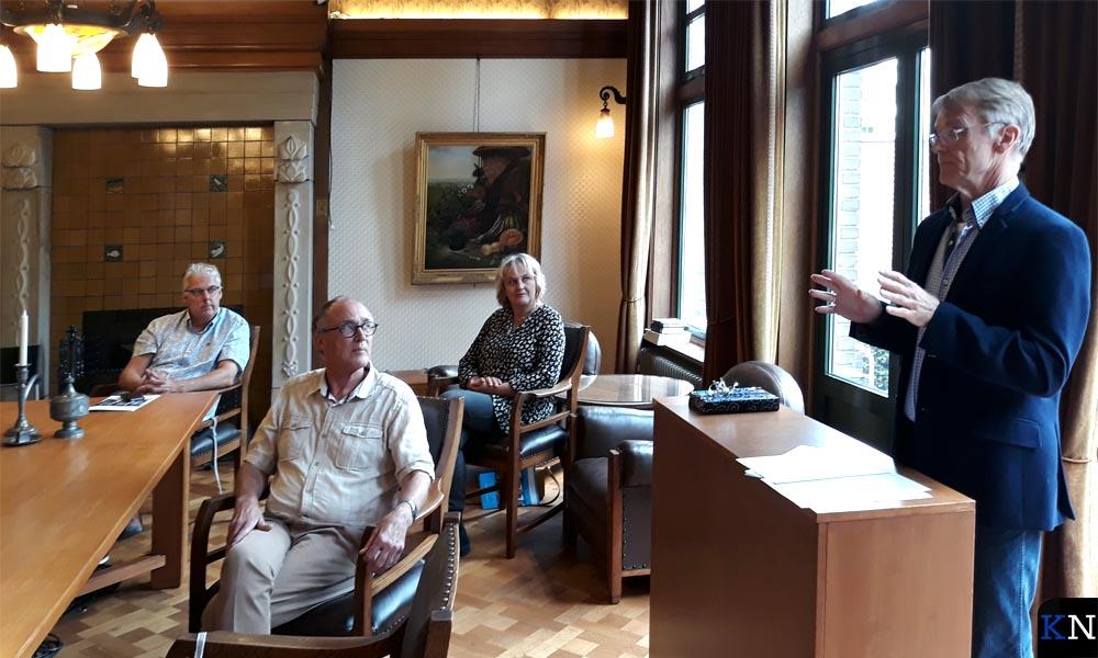 Herman Harder, directeur SNS Historisch Centrum, introduceert de Kamper Almanak 2020 met Theo van Mierlo voor hem.