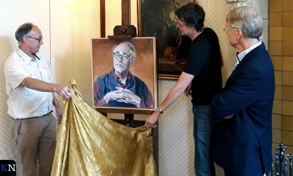 Theo van Mierlo en Martin-Jan van Santen onthullen het schilderij voor de portrettengalerij van het SNS Historisch Centrum.